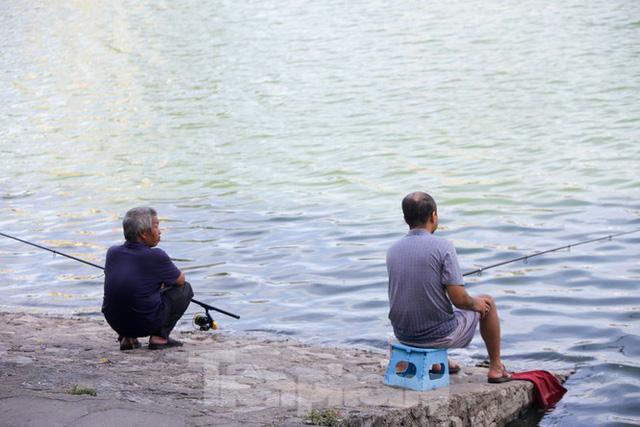 Người dân Hà Nội đổ về công viên, hồ nước, gầm cầu trốn nắng nóng thiêu đốt - Ảnh 15.
