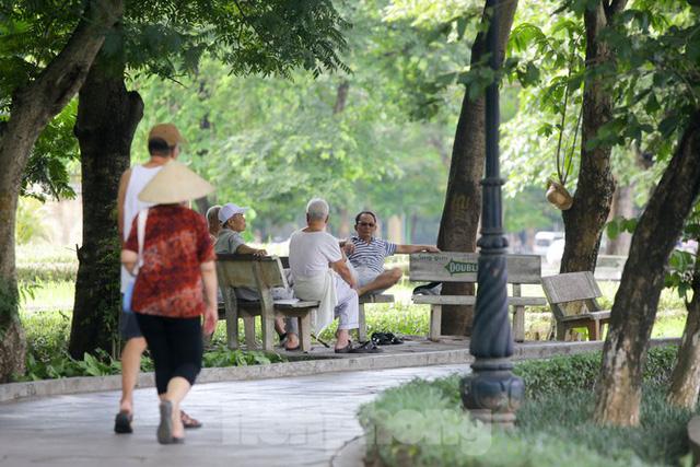 Người dân Hà Nội đổ về công viên, hồ nước, gầm cầu trốn nắng nóng thiêu đốt - Ảnh 3.