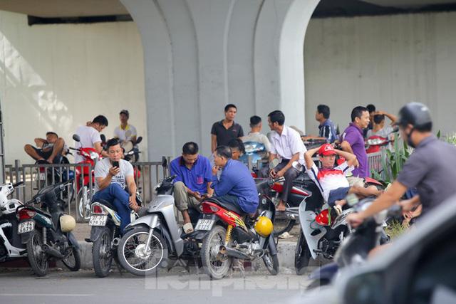 Người dân Hà Nội đổ về công viên, hồ nước, gầm cầu trốn nắng nóng thiêu đốt - Ảnh 4.