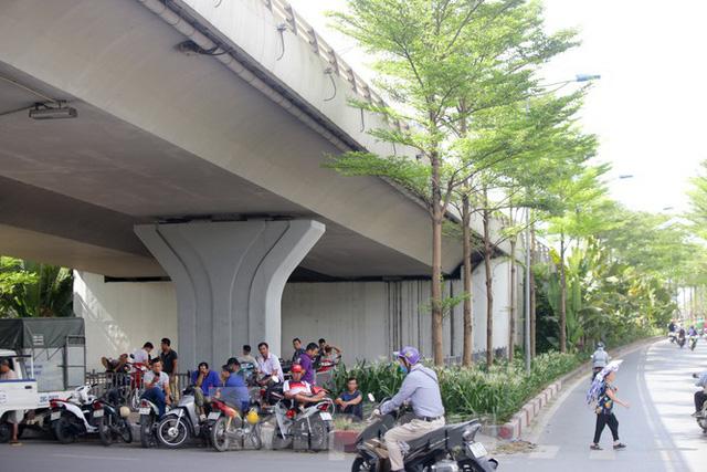 Người dân Hà Nội đổ về công viên, hồ nước, gầm cầu trốn nắng nóng thiêu đốt - Ảnh 5.
