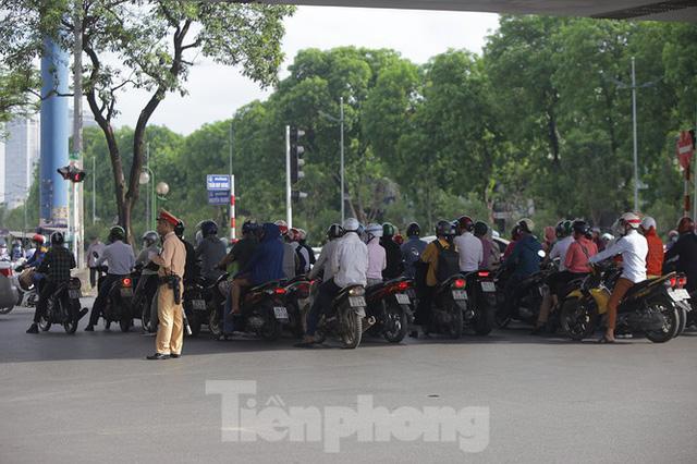 Người dân Hà Nội đổ về công viên, hồ nước, gầm cầu trốn nắng nóng thiêu đốt - Ảnh 7.