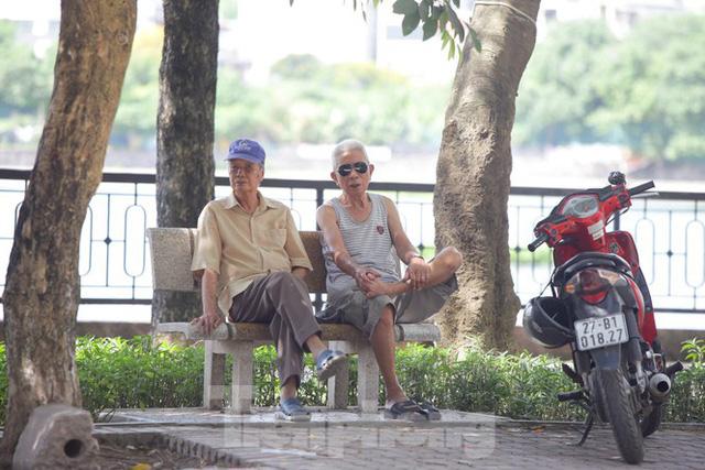 Người dân Hà Nội đổ về công viên, hồ nước, gầm cầu trốn nắng nóng thiêu đốt - Ảnh 9.