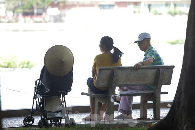 Người dân Hà Nội đổ về công viên, hồ nước, gầm cầu trốn nắng nóng thiêu đốt - Ảnh 10.