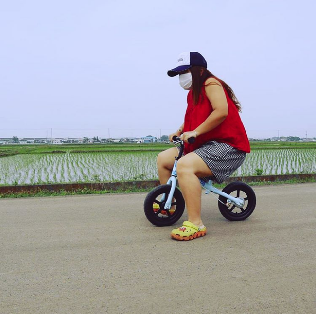 Hot mom Quỳnh Trần JP đón sinh nhật tuổi 35 bằng bức ảnh tự dìm hài hước nhưng fan chỉ thấy tội cho chiếc xe đạp của Sa - Ảnh 1.