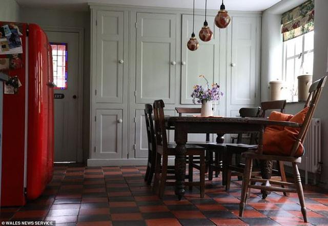 Bỏ 2 triệu mua nhà gạch tồi tàn, người phụ nữ cải tạo suốt chục năm khiến ngôi nhà tăng giá hơn 7000 lần với diện mạo mới đáng kinh ngạc - Ảnh 7.