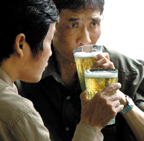 Uống bia có gây tăng huyết áp? 1