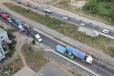 Chiếc container đầu trắng, thùng xanh nằm vạ giữa đường.