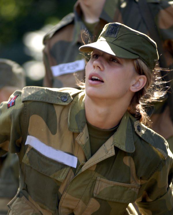 Một bóng hồng của quân đội Na Uy xinh không kèm gì hoa hậu.