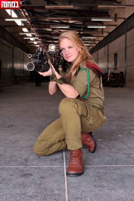 Nữ giáo viên của một trường đào tạo lính nhảy dù.