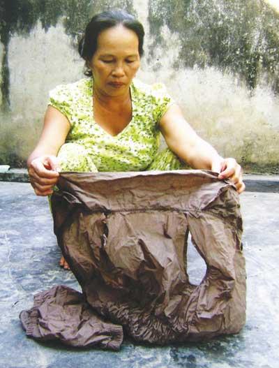 Cái áo chứa đầy sinh vật lạ mà bà Phụng đã mua về