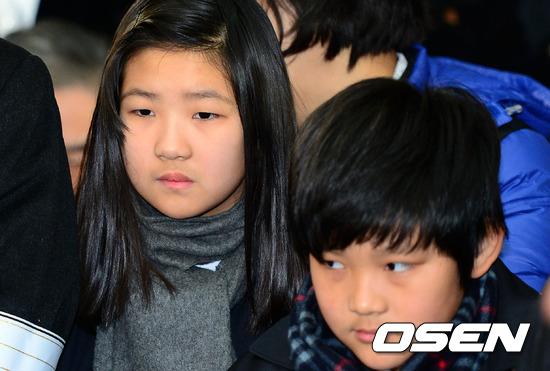 Xót lòng ánh mắt con Choi Jin Sil trong đám tang cha 2