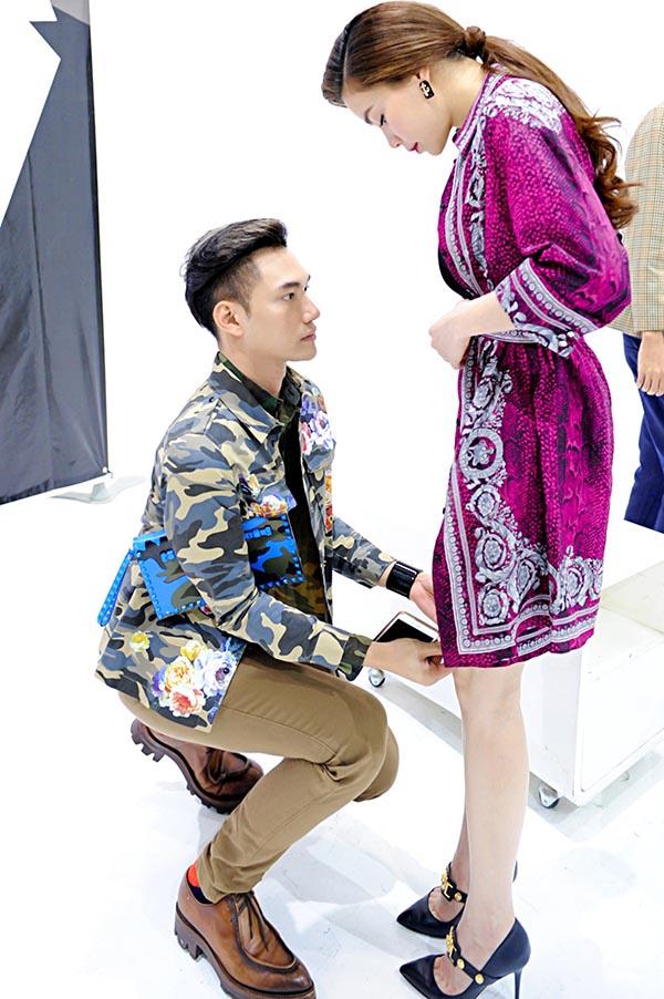 Sau đó, Lý Quý Khánh hỗ trợ để giúp Hồ Ngọc Hà thay đổi, chỉnh sửa bộ trang phục mới.
