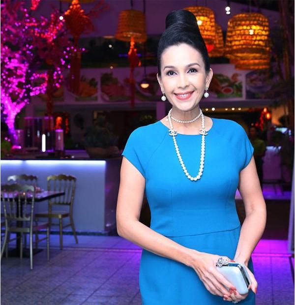 """""""Nữ hoàng ảnh lịch"""" Diễm My từng là một trong những cái tên gây sốt của màn ảnh Việt những năm 90. Mặc dù sở hữu vẻ đẹp mặn mà quý phái nhưng tới 32 tuổi Diễm My mới lập gia đình. Lăn lộn trong nghề giải trí từ lâu, Diễm My cùng ông xã là một doanh nhân đã gặt hái được nhiều thành công trong sự nghiệp và vun đắp cho gia đình."""