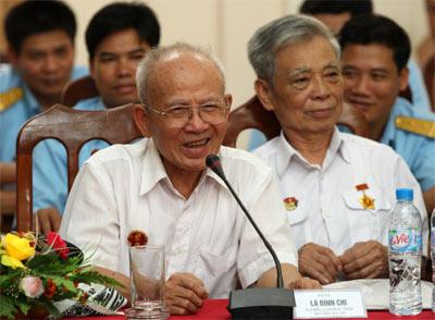 Đại tá Lã Đình Chi (hàng đầu, bên trái) đang kể chuyện cho bộ đội Sư đoàn Phòng không Hà Nội nghe