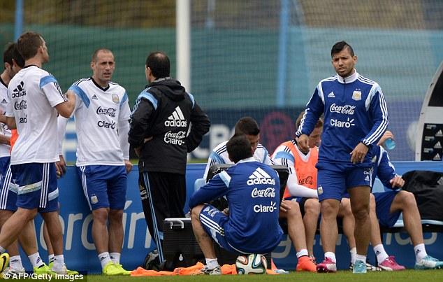 Trong số những cái tên Barca theo đuổi, Aguero (phải) là giá trị nhất