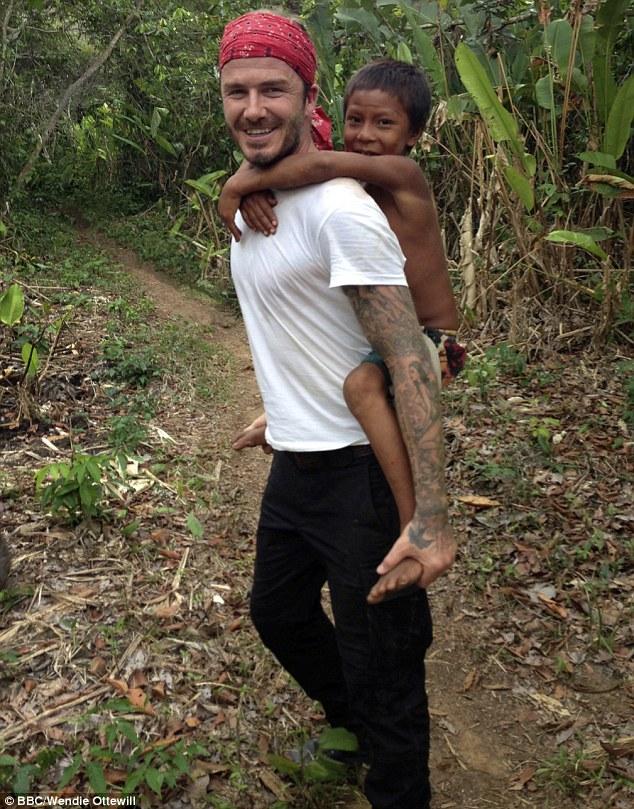 David Beckham cõng một cậu bé thổ dân