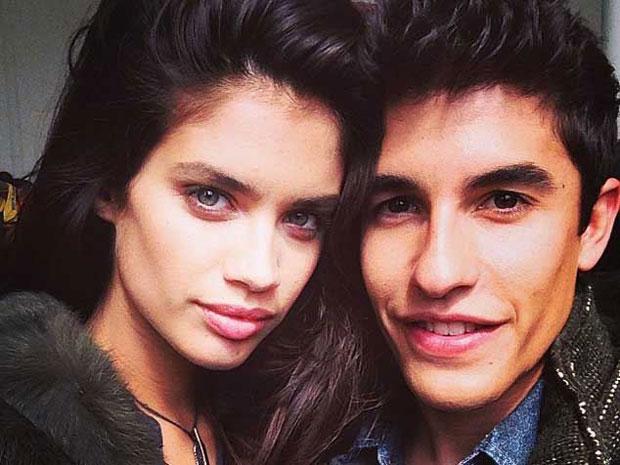 Sara bên Marc Marquez