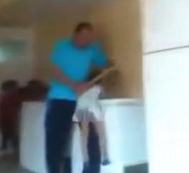 Osama Mohamed Othman dùng gậy đánh đập các bé