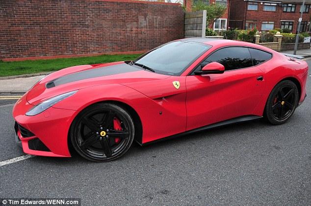 Balotelli đến cơ sở Melwood của Liverpool trong Ferrari F12 Berlinetta của mình