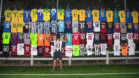 Ham ăn, ham chơi nhưng Ronaldinho cũng có những góc riêng dành cho bóng đá mà ở đây là thói quen lưu giữ những mẫu áo từng mặc