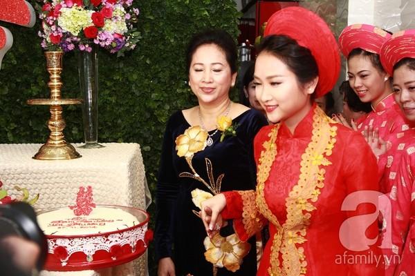Ngày 27/11/2014, lễ đón dâu của ca sĩ Lam Trường và Yến Phương được tổ chức khá linh đình tại Tp. HCM. Bên cạnh việc trầm trồ về chiếc xe rước dâu tiền tỷ, về cô dâu xinh đẹp rạng ngời, công chúng còn được dịp bất ngờ về nhan sắc của mẹ vợ Lam Trường.
