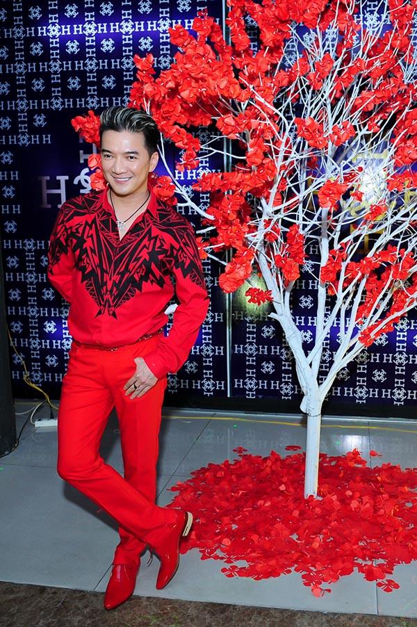 Trong một buổi gặp gỡ nghệ sĩ tối qua tại TP. Hồ Chí Minh, Mr Đàm gây sự chú ý với trang phục màu đỏ cá tính.