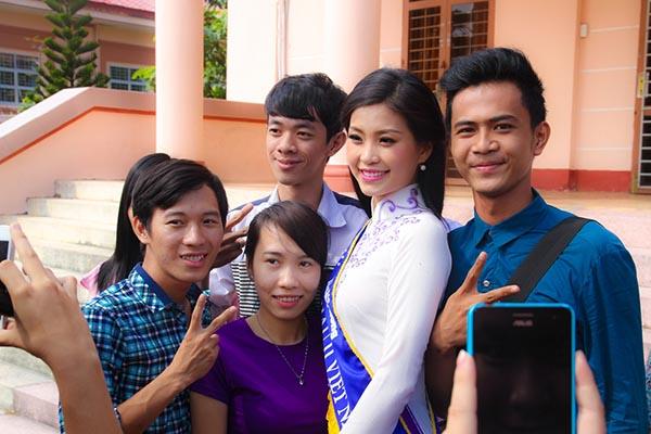 Niềm vui sướng, hạnh phúc luôn hiện rõ trên khuôn mặt của Diễm Trang trong lần về thăm quê.