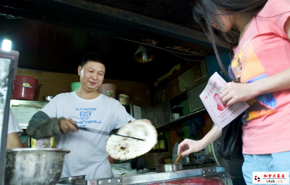Ông Shao đang làm bánh nhân thịt phục vụ thực khách