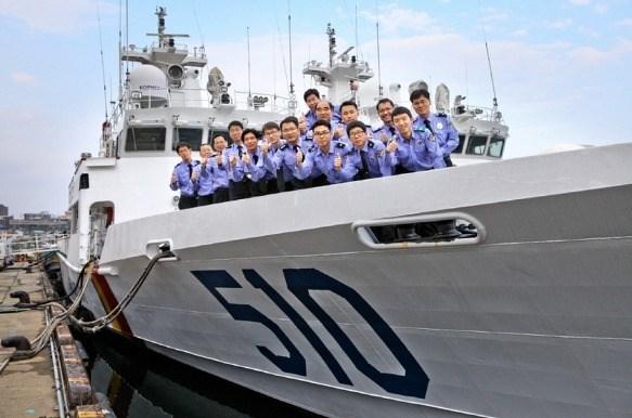 Các cảnh sát biển Hàn Quốc trên tàu tuần tra lớp Taegeuk số hiệu 510