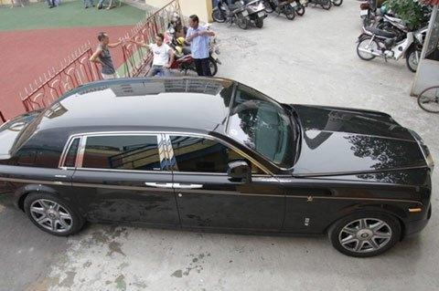 Chiếc Rolls-Royce Phantom Rồng đậu trên sân Hàng Đẫy năm 2012.
