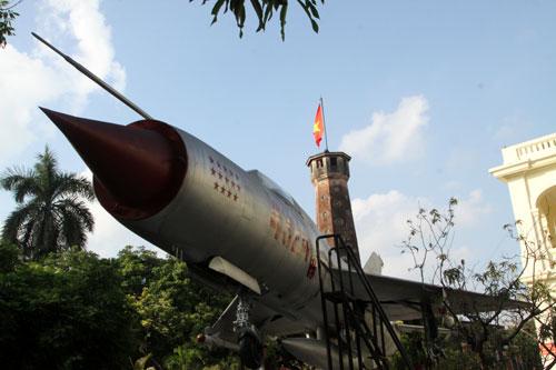 Én bạc 4324 trong khu trưng bày ngoài trời của Bảo tàng Lịch sử Quân sự Việt Nam.