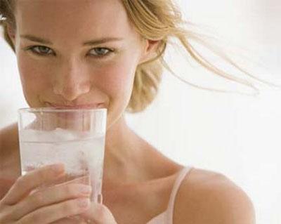7 nhóm người sau tuyệt đối không được uống nước lạnh mùa hè
