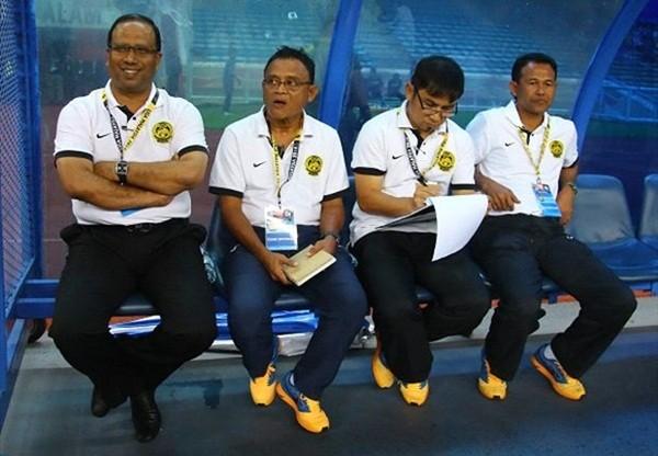 HLV Dollah Salleh (ngoài cùng bên trái) rất tin vào các học trò