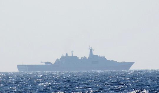 Cận cảnh tàu đổ bộ của Trung Quốc tại khu vực giàn khoan HD-981 hạ đặt trái phép, phía sau có thể thấy một trực thăng Z-8 đậu trên sàn đáp luôn sẵn sàng cất cánh.