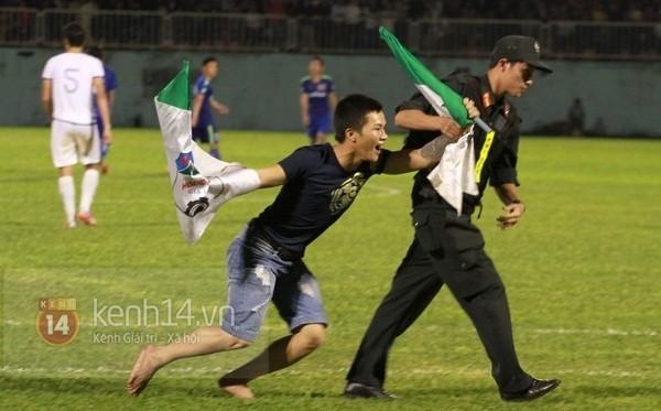 Nhân viên an ninh nhanh chóng đưa anh chàng fan cuồng ra khỏi sân để trận đấu tiếp tục (ảnh: Kênh 14/Trí thức trẻ)