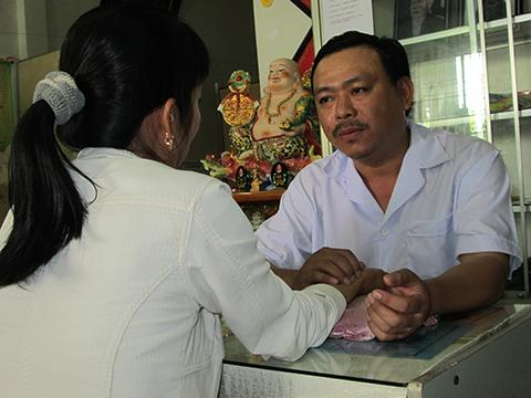 Lương y – Bác sĩ Nguyễn Phú Lâm khám cho bệnh nhân vô sinh, hiếm muộn.