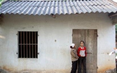 Bà Đặng Thị Cúc (áo đỏ).