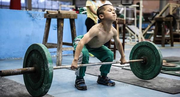 Cận cảnh cuộc sống cơ cực của trẻ em làng cử tạ Trung Quốc 1