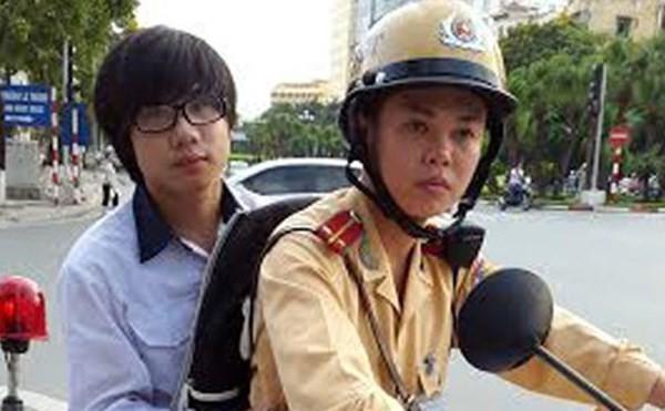 Đội CSGT số 2 (Phòng CSGT - CATP Hà Nội) đưa thí sinh gặp nạn đến phòng thi trong kỳ thi tốt nghiệp PTTH 2014.