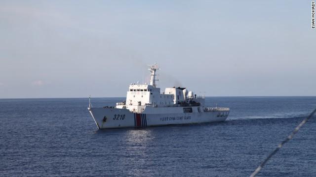 Tàu hải cảnh của Trung Quốc theo sát tàu Cảnh Sát Biển 8003 của Việt Nam.