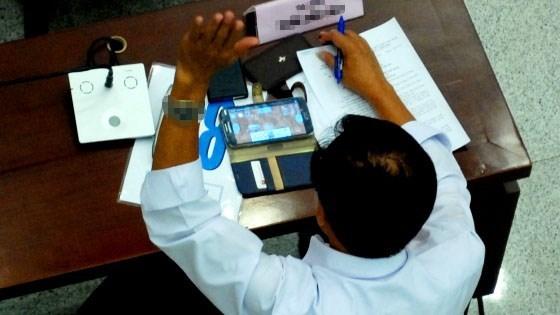 Hình ảnh một vị đại biểu vừa chơi game vừa giơ tay biểu quyết trong cuộc họp HĐND TP.HCM gây bức xúc trong dư luận.