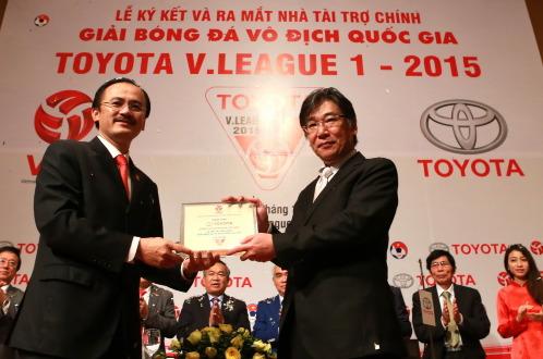 Chủ tịch VPF Võ Quốc Thắng (trái) trao bảng danh vị cho nhà tài trợ. Ảnh: Nam Khánh