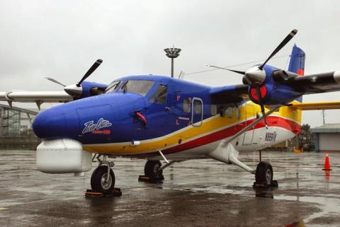 Cận cảnh chiếc thủy phi cơ DHC-6-400 Twin Otter biến thể giám sát hải quân đầu tiên được IKHANA cung cấp cho Hải quân Việt Nam cách đây vài tháng. Có thể nhận thấy, ở dưới mũi máy bay được trang bị một radar tích hợp cảm biến quang - điện - hồng ngoại do công ty Elta của Israel sản xuất.