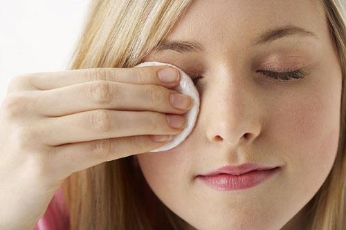Nếu bị bụi bay bào mắt nhớ đừng dụi mắt mà hãy áp dụng mẹo.