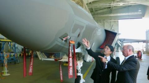 Bộ trưởng Quốc phòng Nhật Bản Onodera thăm nhà máy sản xuất máy bay tàng hình F-35A của công ty Lockheed Martin.