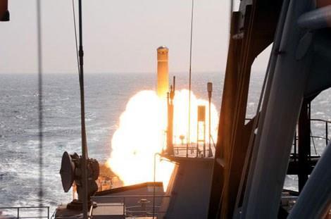 Tên lửa BrahMos phóng từ tàu hộ vệ INS Trikand hồi tháng 2/2014.