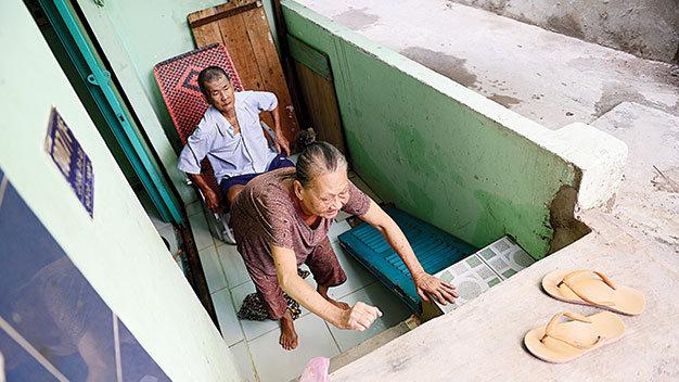 Bà Lý Thị Ba (70 tuổi) bị tai biến chín năm nay, phải bò từ nền nhà lên mặt đường ở hẻm 1007 Lò Gốm, Q.6, TP.HCM