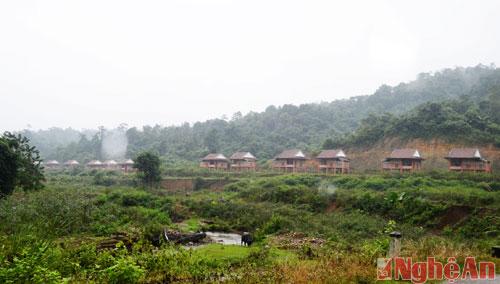 Khu tái định cư Kẻ Tắt nằm trên con đường nhựa từ trung tâm xã Thạch Ngàn vào bản Bá Hạ. Nhìn từ xa, đây như một khu biệt thự giữa mây ngàn sương núi.