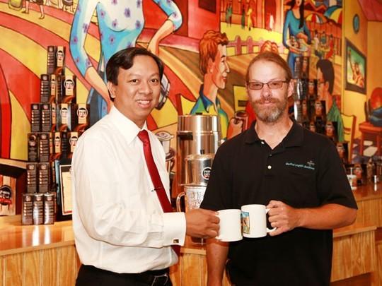 Ông Phạm Đình Nguyên (trái) vẫn là thị trường của Thị trấn PhiDeli ở Mỹ sau khi bán cổ phần cho Công ty Kinh Đô. Ảnh: Nhân vật cung cấp  Ông Phạm Đình Nguyên (trái) vẫn là thị trưởng của Thị trấn PhiDeli ở Mỹ sau khi bán cổ phần cho Công ty Kinh Đô. Ảnh: Nhân vật cung cấp.