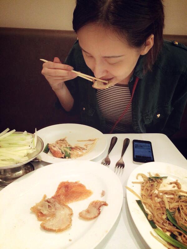 Mai Phương Thúy để mặt mộc dùng bữa tối tại nhà hàng.